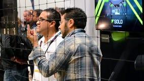 La gente cerca del abejón, AGARRA la exposición 2015 de la demostración en Las Vegas, los E.E.U.U., almacen de metraje de vídeo