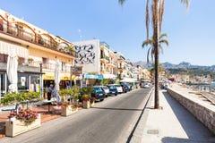 La gente cerca hace compras en la costa en Giardini Naxos Fotografía de archivo libre de regalías