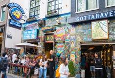 La gente che appende intorno alle cosiddette caffetterie in questa olandese t Immagini Stock Libere da Diritti