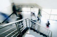 la gente che arrampica le scale Immagine Stock
