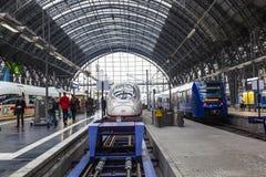 La gente che arriva o che parte alla stazione ferroviaria della conduttura di Francoforte Immagini Stock