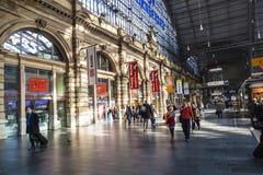 La gente che arriva o che parte alla stazione ferroviaria della conduttura di Francoforte Fotografia Stock