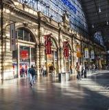 La gente che arriva o che parte alla stazione ferroviaria della conduttura di Francoforte Immagini Stock Libere da Diritti