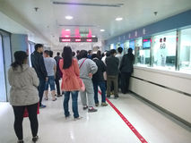 La gente che aspetta alla registrazione dell'ospedale Fotografie Stock