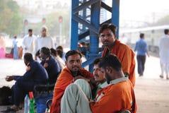 La gente che aspetta alla stazione Fotografie Stock Libere da Diritti