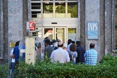 La gente che aspetta davanti all'ufficio dell'INPS, l'INPS anche conosciuto come Istituto Nazionale della Previdenza Sociale che  Immagine Stock