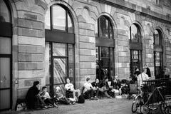La gente che aspetta nella coda il nuovo lancio di iphone di Apple Fotografia Stock