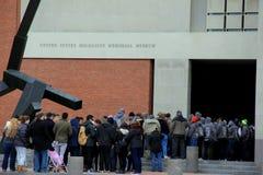 La gente che aspetta nella linea per entrare nel museo commemorativo di olocausto degli Stati Uniti, Washington, DC, 2015 immagini stock libere da diritti