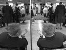 La gente che aspetta per imbarcarsi su volo, orizzontale Fotografie Stock Libere da Diritti