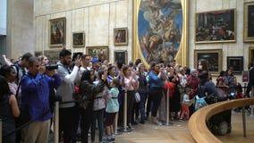 La gente che aspetta sulla coda per vedere la pittura di Mona Lisa al museo del Louvre video d archivio