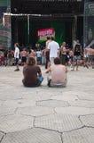 La gente che aspetta un concerto Fotografia Stock