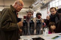 La gente che assaggia i vini a Golosaria 2013 a Milano, Italia Fotografia Stock Libera da Diritti