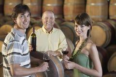La gente che assaggia vino in cantina Fotografia Stock Libera da Diritti