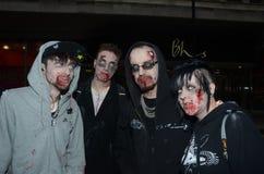 La gente che assiste alla camminata annuale delle zombie Fotografia Stock Libera da Diritti