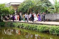La gente che assiste alle tradizioni di nozze Immagine Stock Libera da Diritti