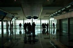 La gente che attende all'aeroporto Immagini Stock