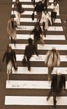 La gente che attraversa i toni di via-seppia Fotografie Stock Libere da Diritti