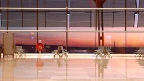La gente che attraversa through l'aeroporto archivi video