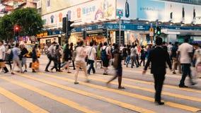 La gente che attraversa la via di Hong Kong Immagine Stock Libera da Diritti