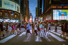 La gente che attraversa la via al Times Square in New York Fotografia Stock