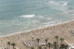 La gente che bagna in spiaggia di Postiguet in Alicante Fotografia Stock