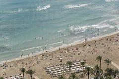 La gente che bagna in spiaggia di Postiguet in Alicante Immagine Stock Libera da Diritti
