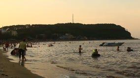 La gente che bagna sulla spiaggia archivi video