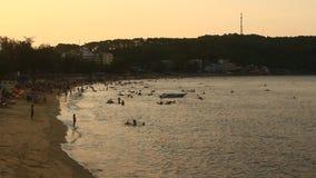 La gente che bagna sulla spiaggia stock footage