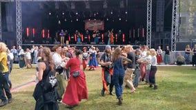 La gente che balla al balfolk nella fase della foresta, festival di Castlefest, il 2 agosto 2019, Keukenhof, Lisse, Paesi Bassi video d archivio
