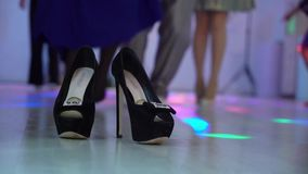 La gente che balla alla discoteca del partito La donna senza scarpe, si diverte a piedi nudi Le sue scarpe nere su priorità alta  stock footage