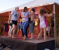 La gente che balla alla spiaggia in scena Fotografia Stock Libera da Diritti