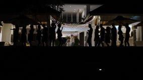 La gente che balla alla villa di lusso stock footage