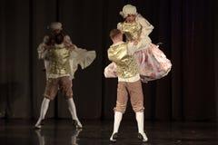 La gente che balla in costumi tradizionali in scena, Fotografie Stock Libere da Diritti
