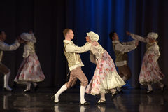 La gente che balla in costumi tradizionali in scena, Fotografia Stock