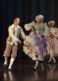 La gente che balla in costumi tradizionali in scena, Immagine Stock Libera da Diritti