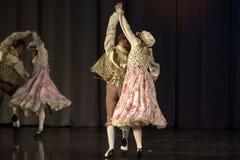 La gente che balla in costumi tradizionali in scena, Fotografia Stock Libera da Diritti