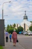 La gente che cammina ad una chiesa Fotografia Stock Libera da Diritti