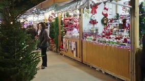 La gente che cammina al mercato di Natale archivi video