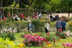 La gente che cammina al parco di Cervantes a Barcellona Fotografia Stock