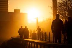 La gente che cammina al tramonto Fotografia Stock Libera da Diritti
