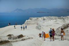 La gente che cammina alla spiaggia di Sarakiniko in Grecia fotografie stock