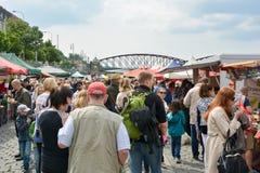 La gente che cammina attraverso il mercato famoso di Naplavka immagine stock libera da diritti