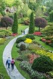 La gente che cammina attraverso il parco nei giardini di Butchart, Victoria, BC Fotografia Stock
