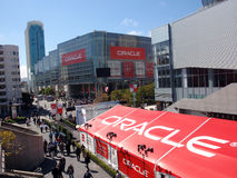 La gente che cammina benchè convenzione aperta del mondo del Oracle fotografie stock libere da diritti