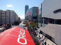 La gente che cammina benchè convenzione aperta del mondo del Oracle fotografia stock libera da diritti