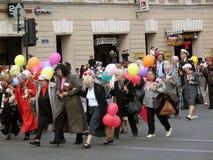 La gente che cammina con i baloons variopinti ed i fiori Fotografia Stock