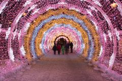 La gente che cammina con le feste di Natale e del nuovo anno accende il tunnel nel centro urbano a Mosca Immagine Stock