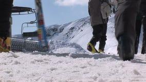 La gente che cammina con lo sci in Saalbach-hinterglemm stock footage