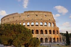 La gente che cammina davanti al Colosseum nella sera Fotografie Stock Libere da Diritti