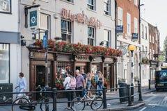 La gente che cammina davanti al vecchio pub della nave a Richmond, Londra, Regno Unito immagini stock